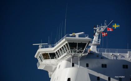 Stena Jutlandica och klarblå himmel