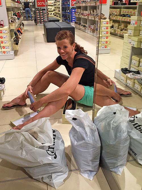 Anna shoppar skor
